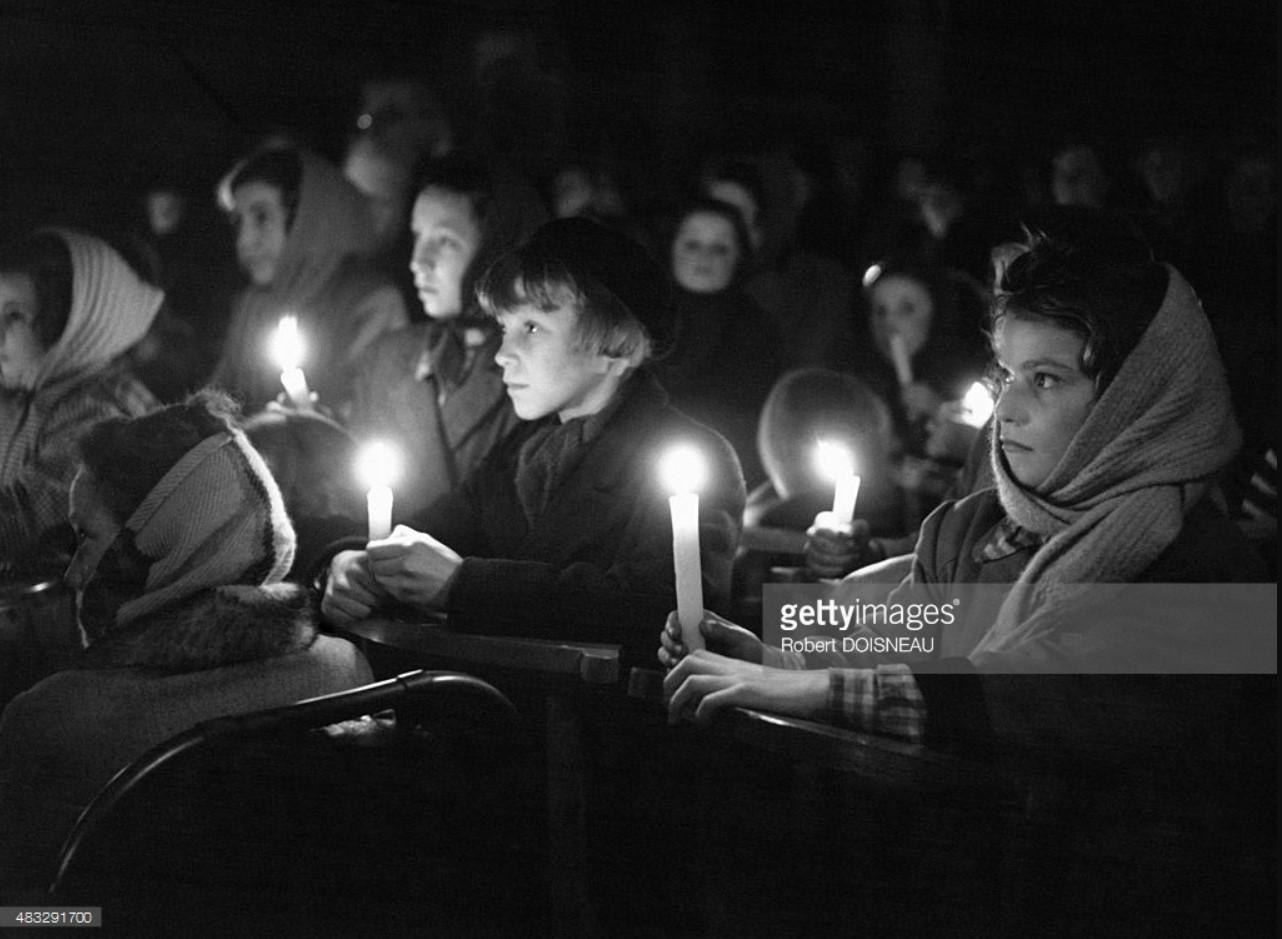 Дети, держащие свечи во время мессы