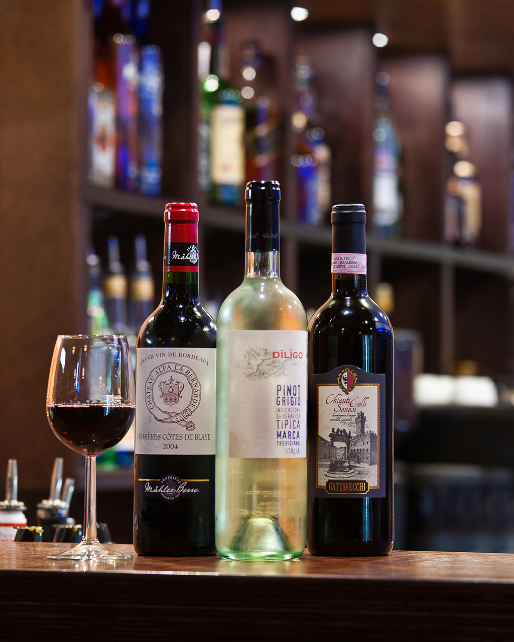 фотографии алкогольных напитков на барной стойке