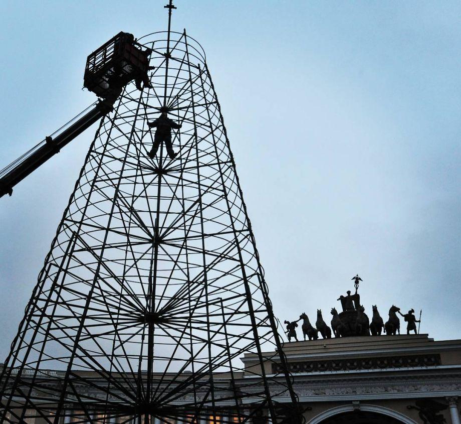 На Дворцовой площади начали устанавливать главную новогоднюю елку