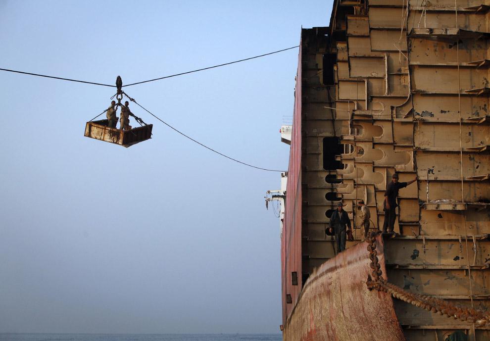 11. Внутри корпуса судна оказались бочки с нефтью, Гаддани, Пакистан, 11 июля 2012. (Фото Roberto Sc