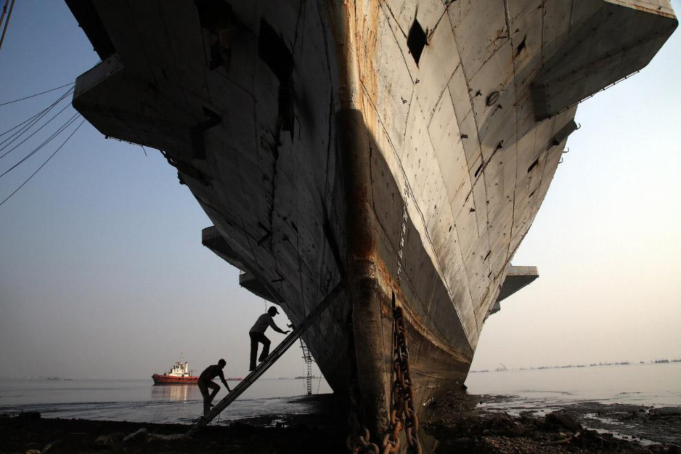 17. Перекур. Читтагонг, Бангладеш, 16 июля 2013. (Фото Reuters | Andrew Biraj):