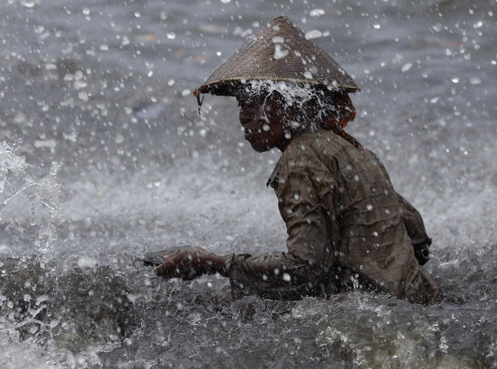 28. Тянем-потянем. Гаддани, Пакистан, 11 июля 2012. (Фото Roberto Schmidt   AFP   Getty Images):