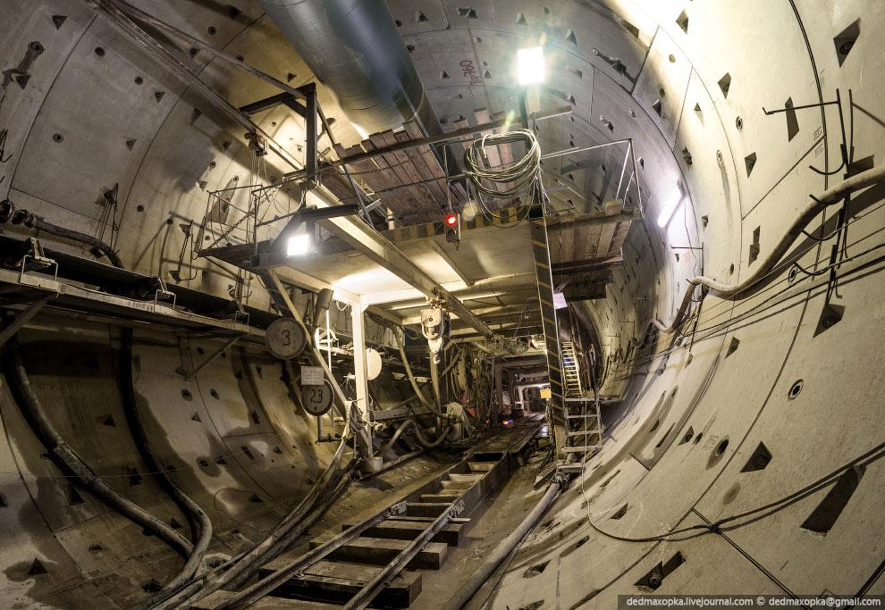 Тоннель будет иметь длину 2 460 метров и диаметр 9.5 метра. Помимо основного тоннеля, уже пройден те