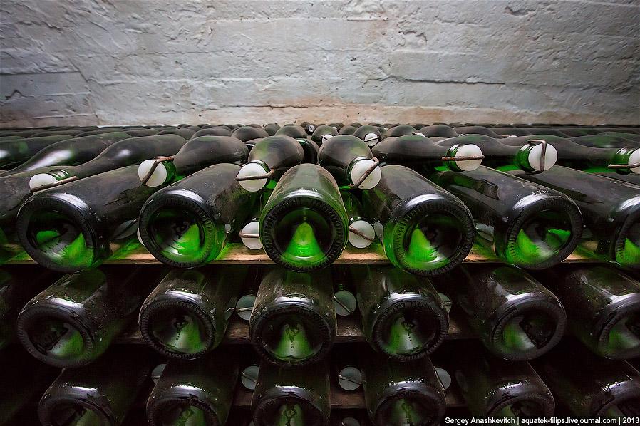 13. Бутылки помещают в особые станки-пюпитры, устанавливая их горлышком вниз. Бутылкам с осветляющим