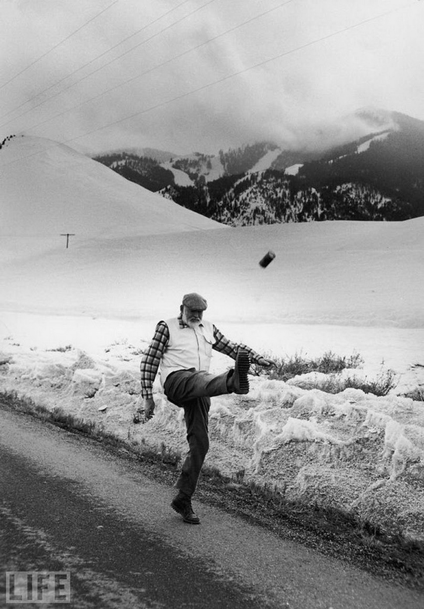 Автор фото: Джон Брайсон (John Bryson), 1959. Хемингуэй неподалеку от своего дома в Кетчуме (шт. Айд