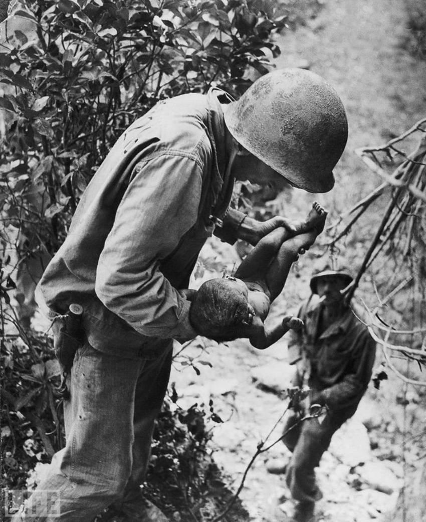 Автор фото: Уильям Юджин Смит (W. Eugene Smith), 1943. Во время Второй мировой сотни японцев оказали