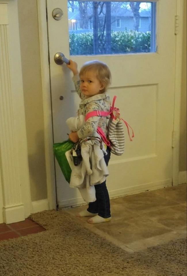 © danieljoness / twitter      «Племянница пыталась съесть мою палетку теней сзапа