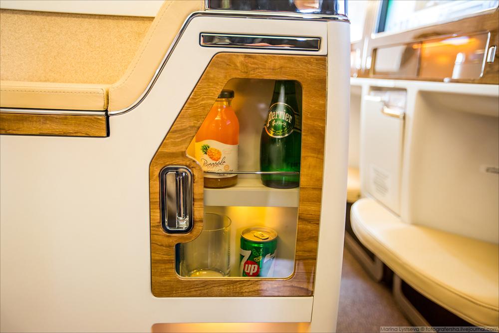 Личный мини-бар с напитками и закусками.