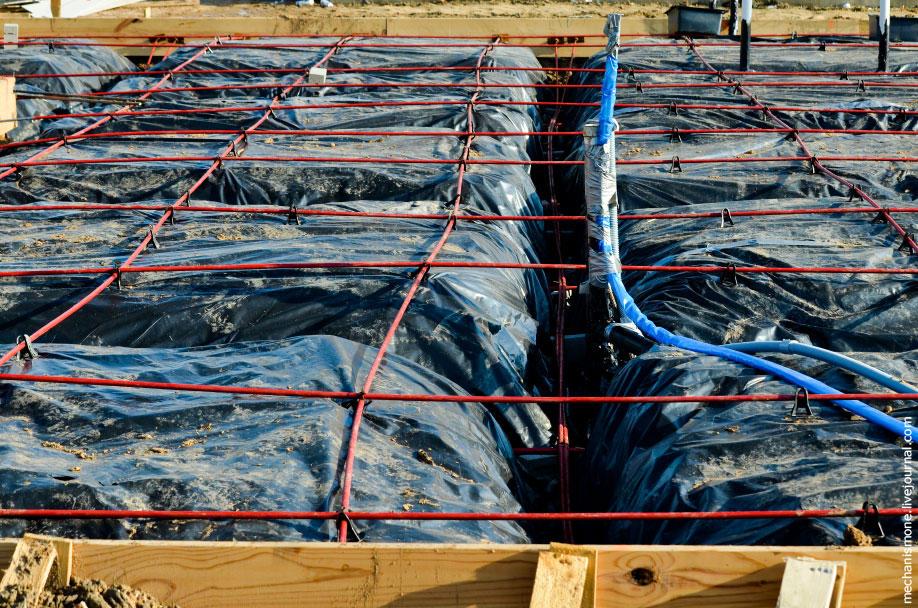 16. Затем землю покрывают толстым плотным пластиком, укладывается арматура диаметром от 10 до 16 мм.