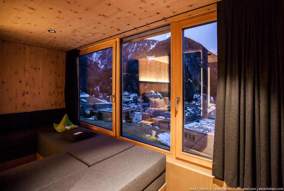 8. Диванчик у окна номера и инфракрасная сауна справа: