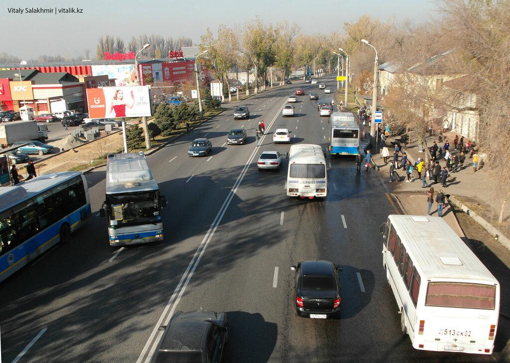Многообразие алматинского общественного транспорта. Остановка на Суюнбая.