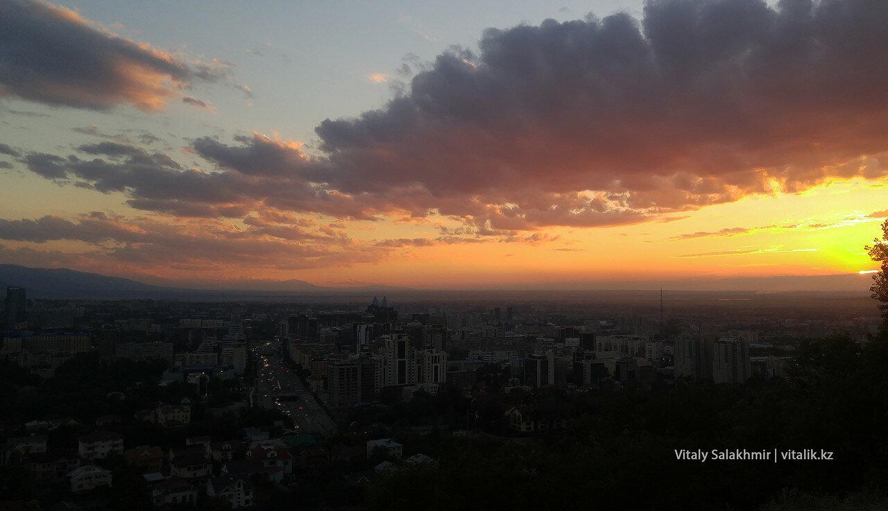 Алматы, накрытый закатом.