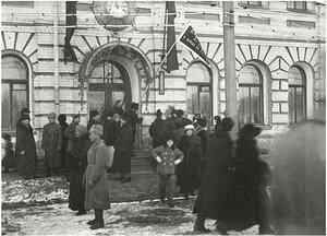 В праздничный день у здания управления Томской железной дороги