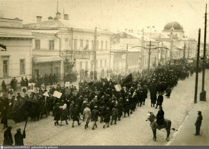 Праздничное шествие демонстрантов по улице Ленина в районе кинотеатра «Триумф»