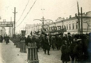 Демонстрация движется от Газеты Звезда в сторону К.Маркса. Справа здание - Ленина, 25