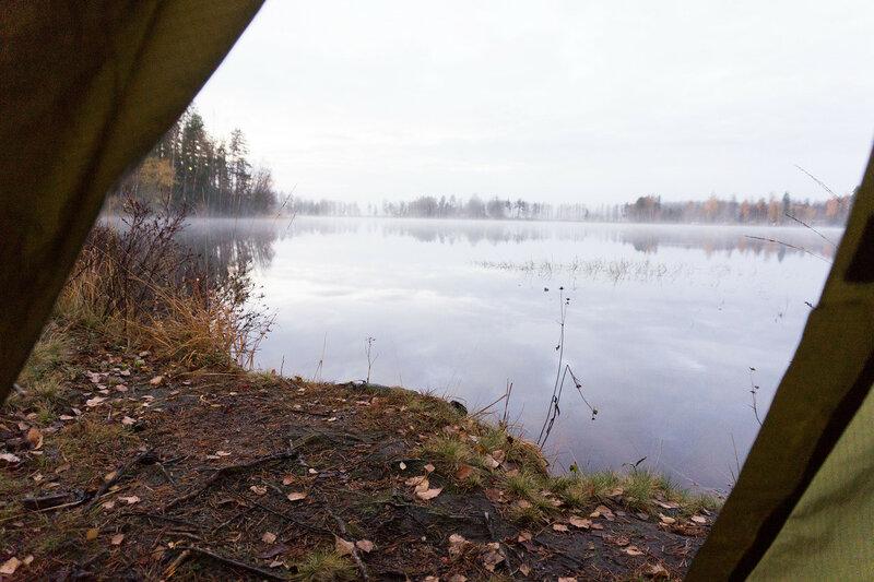 вид из палатки на озеро и туман