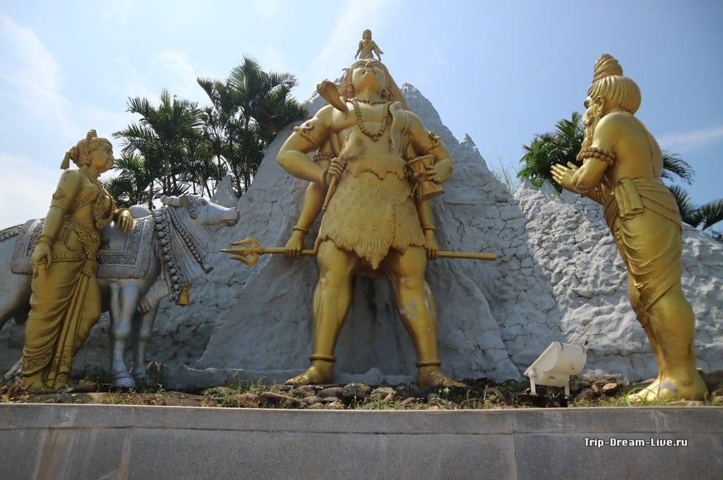Скульптуры на территории храмового комплекса в Мурдешваре