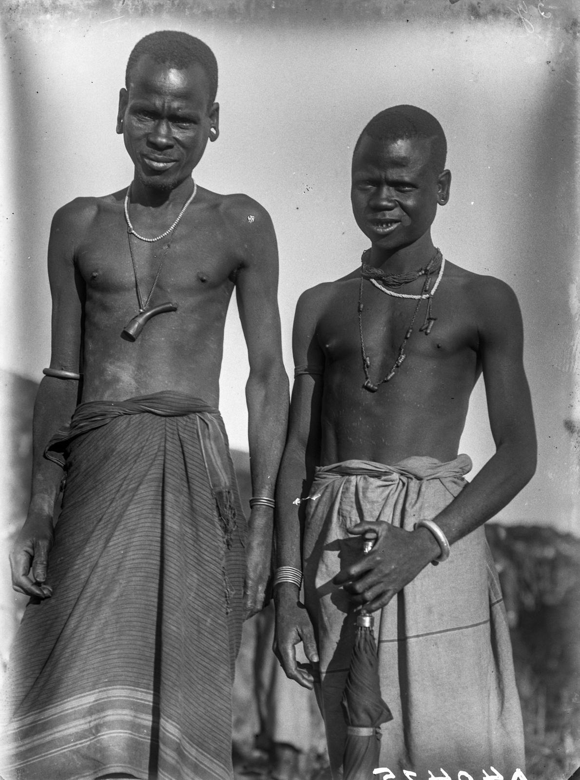 125. Мужчины народности паре