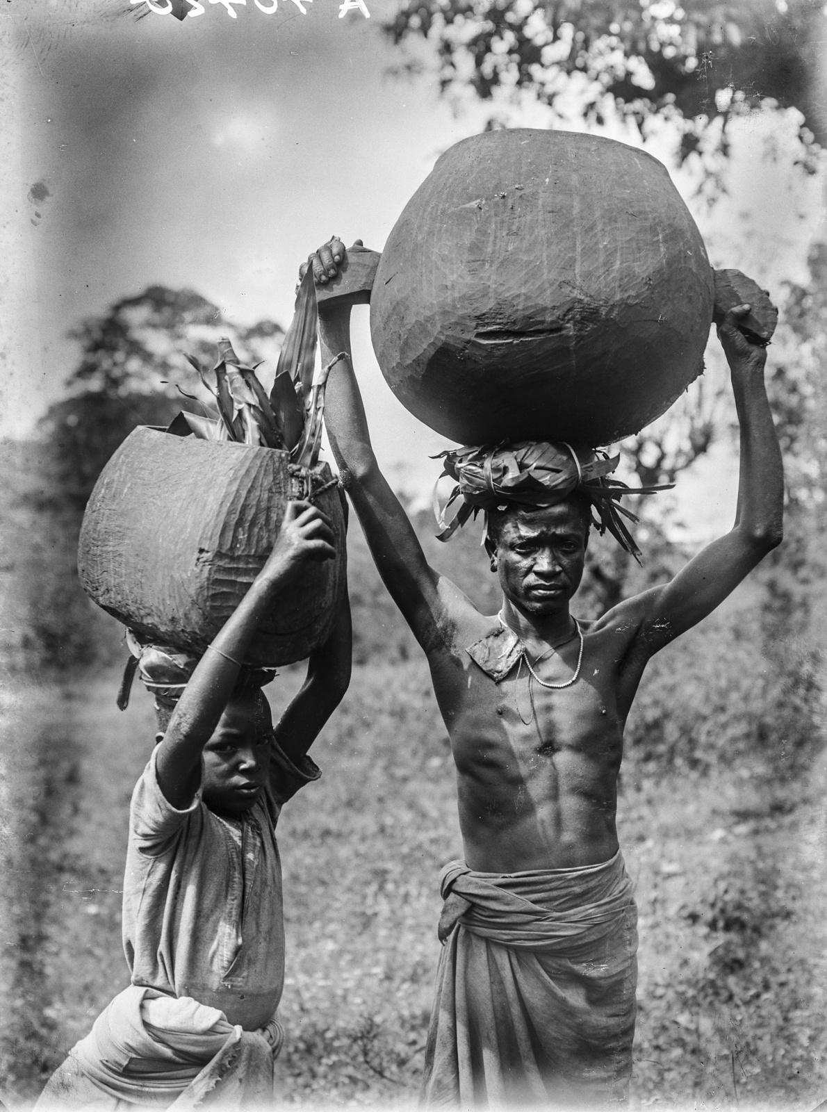 130. Молодые люди чагга, несущие деревянные сосуды с помбе