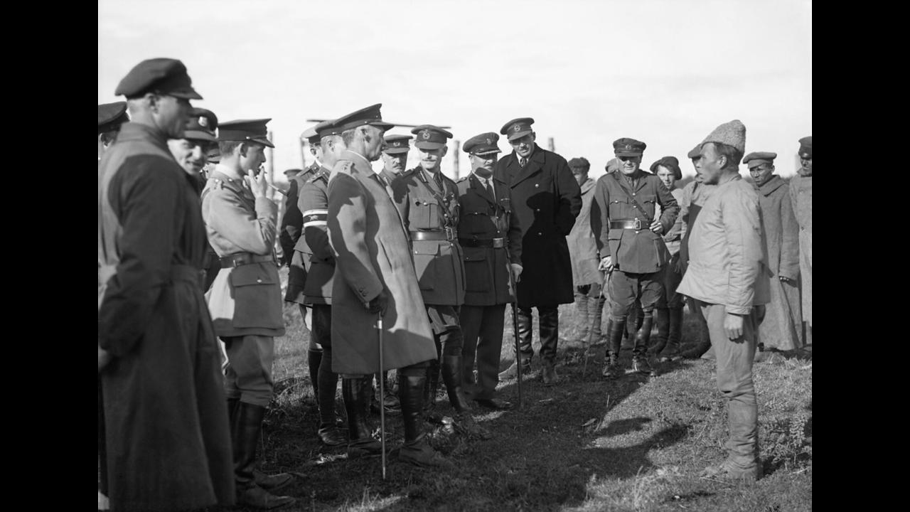 Генерал Генри Сеймур Роулинсон допрашивает пленных солдат Красной Армии, 1919