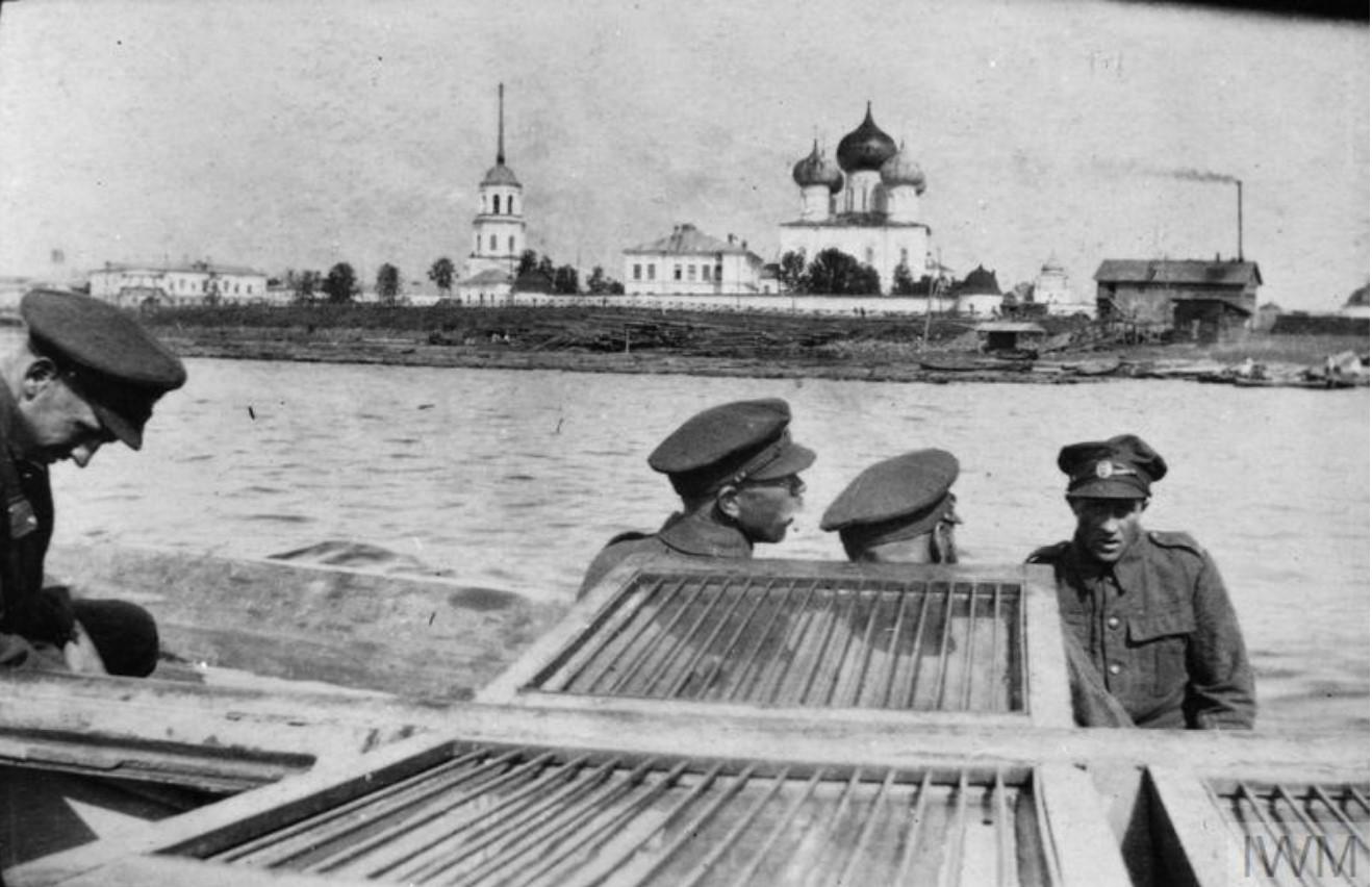 Вид на Михаило-Архангельский кафедральный собор с Двины