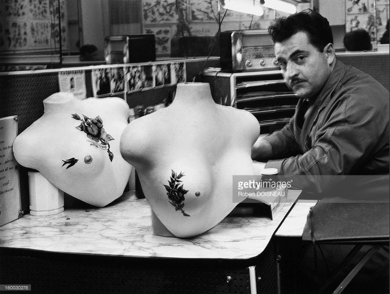 1964. Художник-татуировщик в своей мастерской