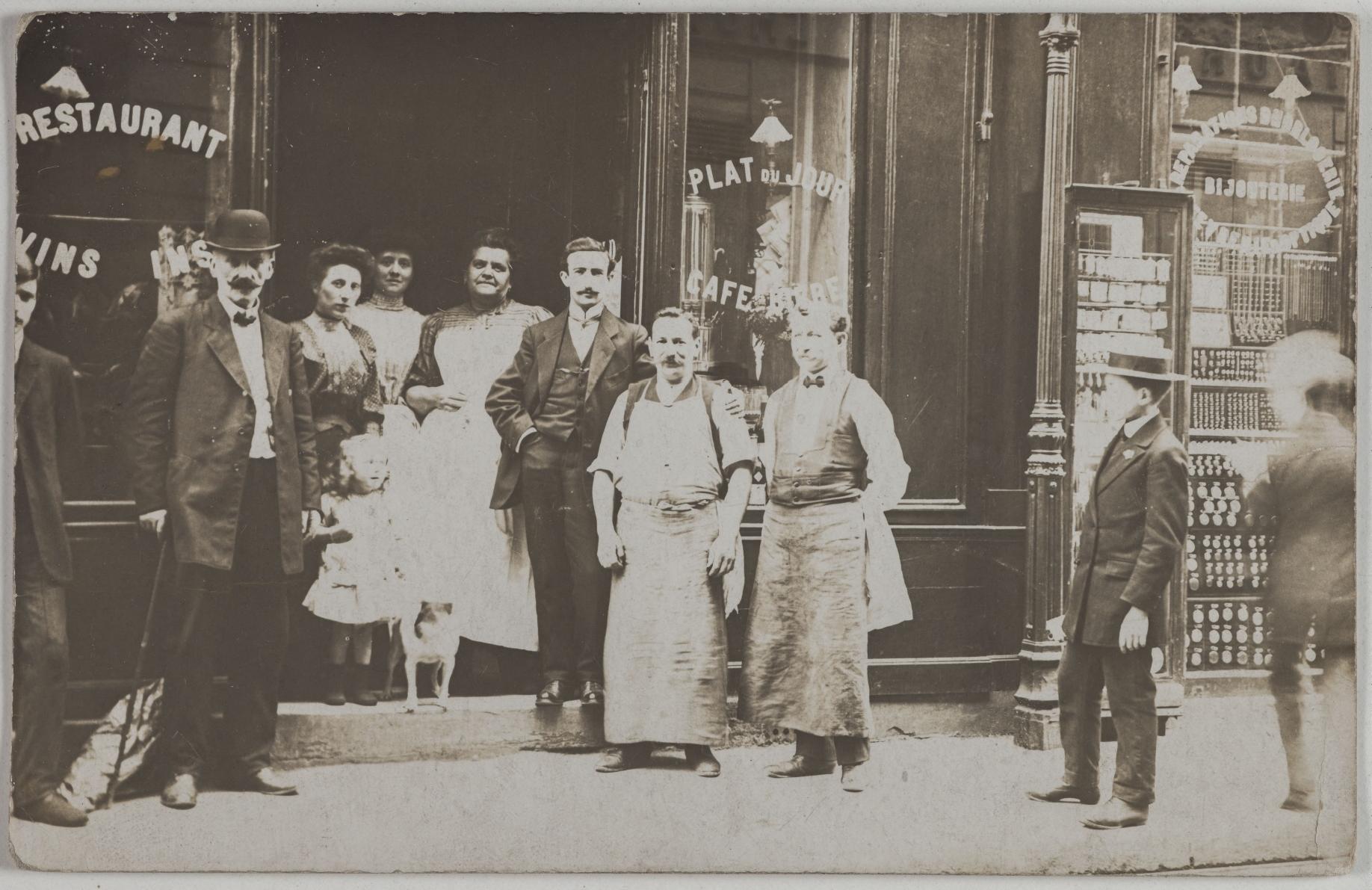 1905-1915. Кафе, ресторан. 18, rue d'Hauteville (10-й округ). Сейчас на этом месте издательство MARTIN MEDIA