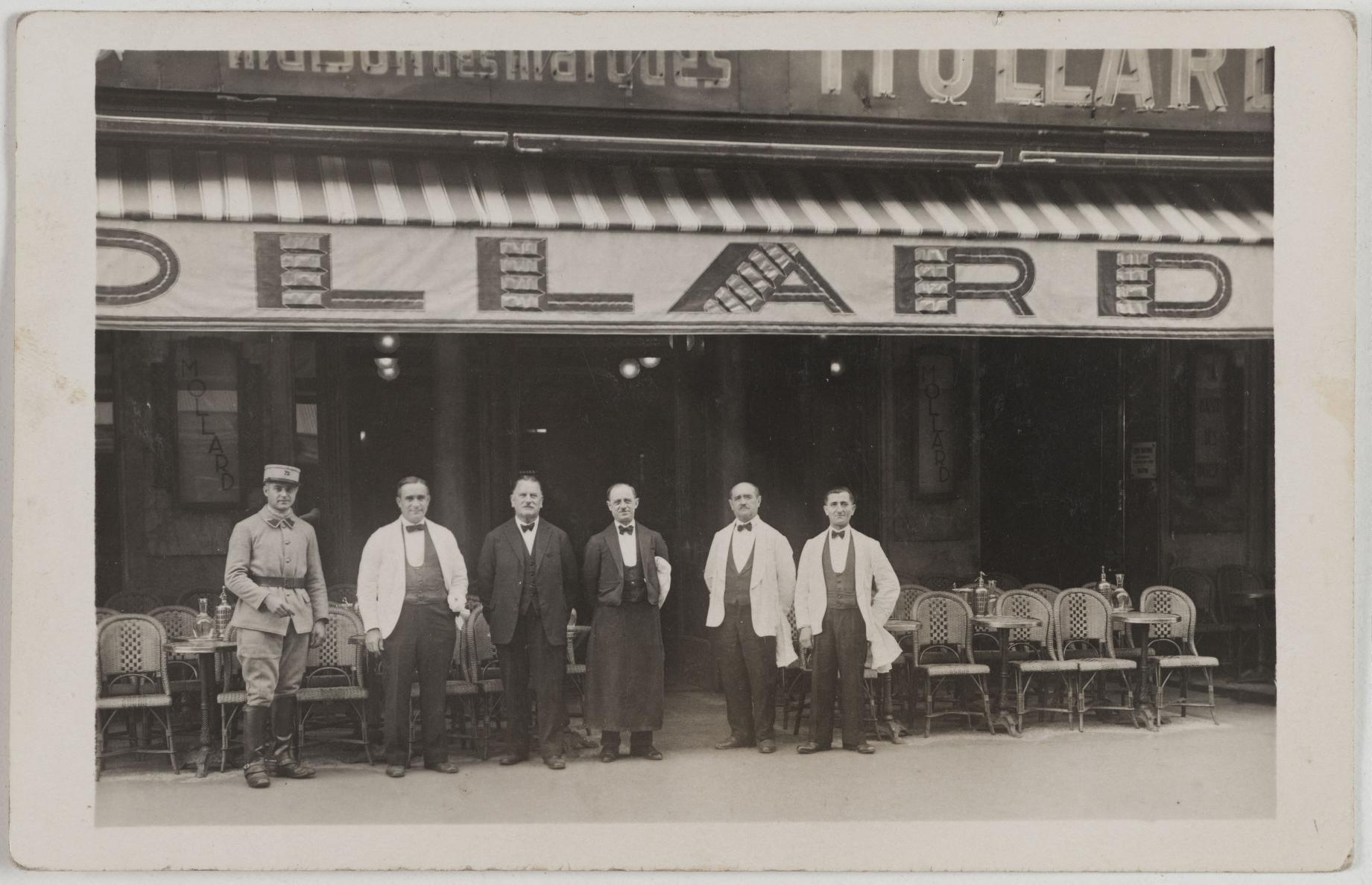 1920-1925. Брассери Моллар, 13-117, rue Saint-Lazare (8-й округ). Сейчас на этом месте румынское бистро