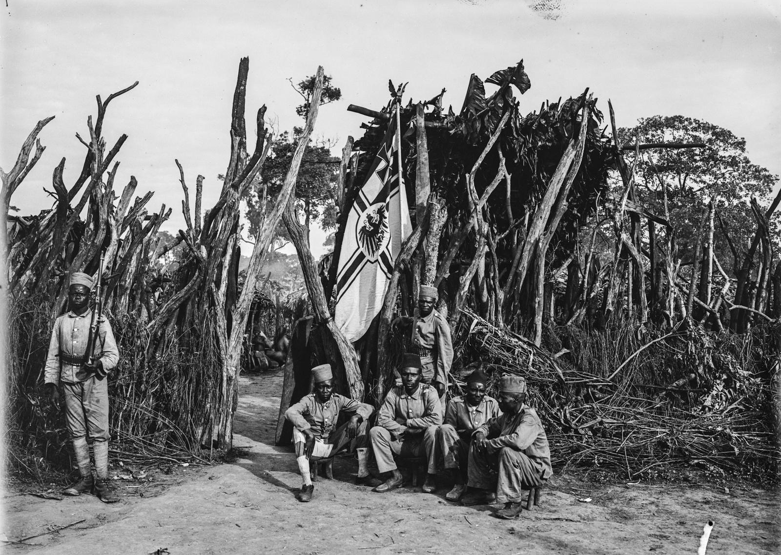 45. Немецкие колониальные солдаты у входа в бому