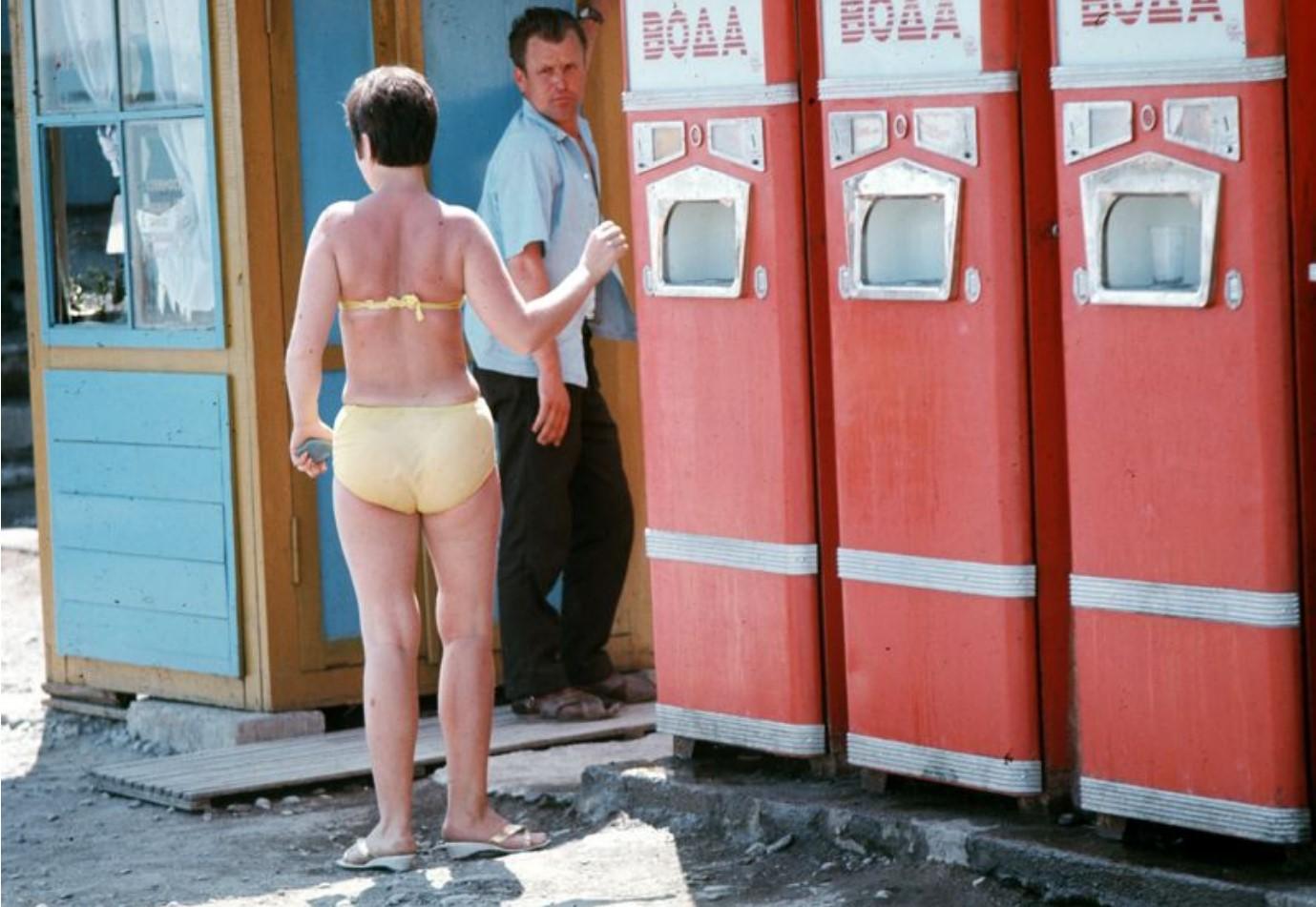 На набережной. Женщина возле аппаратов по продаже газированной воды