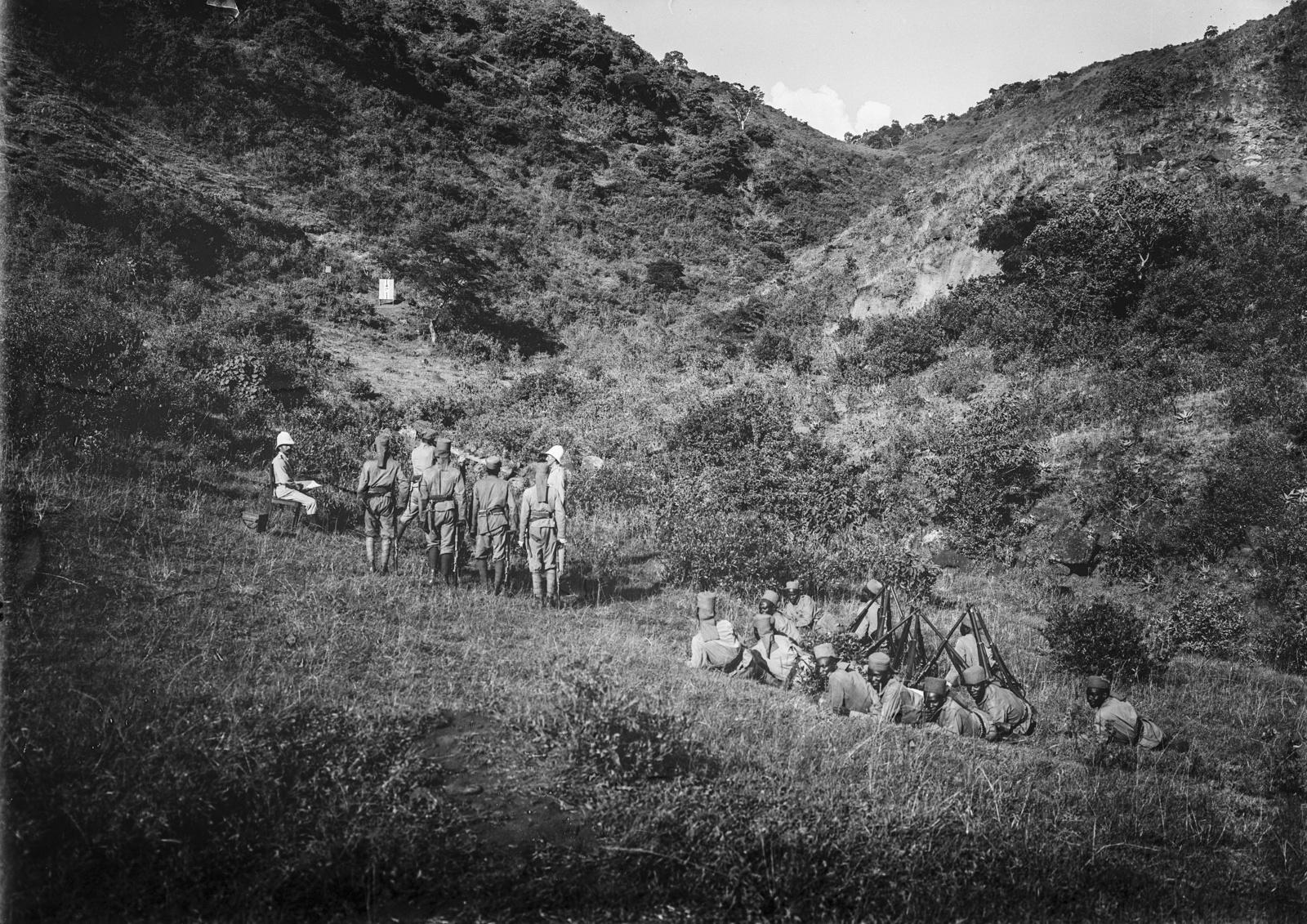 80. Учебные стрельбы.  Солдаты немецких колониальных войск , оснащенные огнестрельным оружием Mauser Model 71
