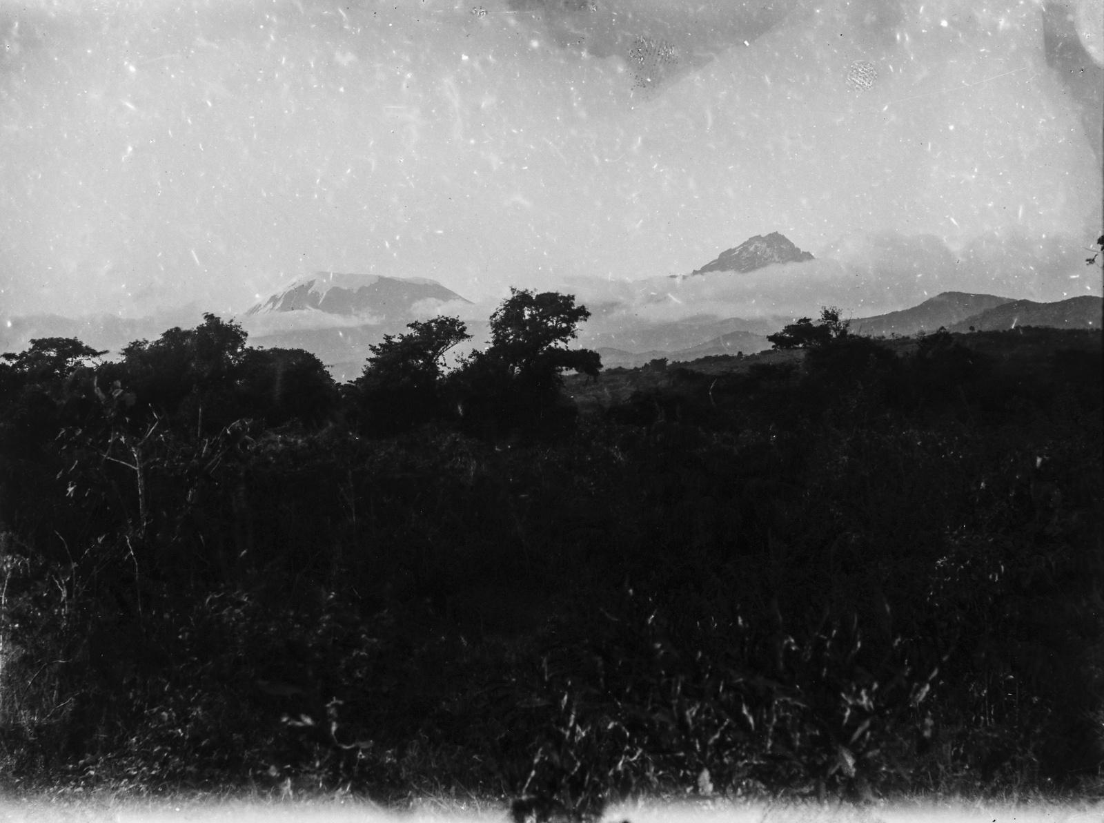 89. Килиманджаро с пиками Мавензи (слева) и Кибо (справа)