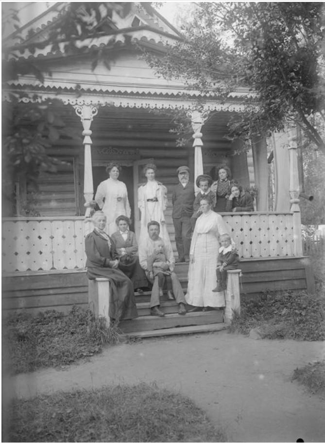 Группа людей на крыльце дома