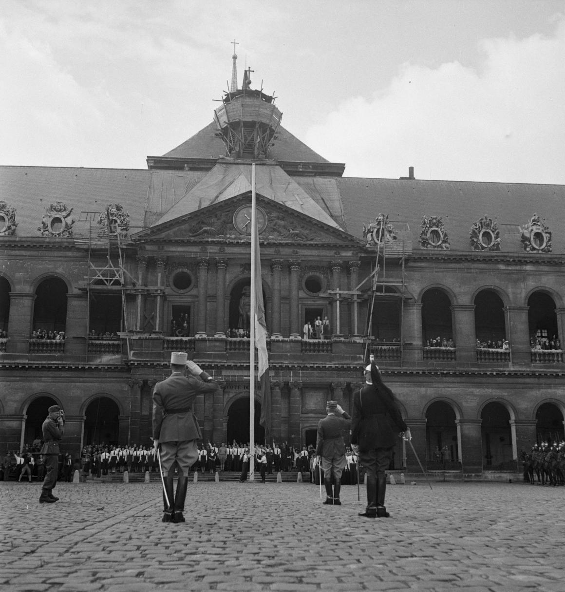 22. Военный министр генерал Эжен Мари Луи Бридо  приветствует флаг