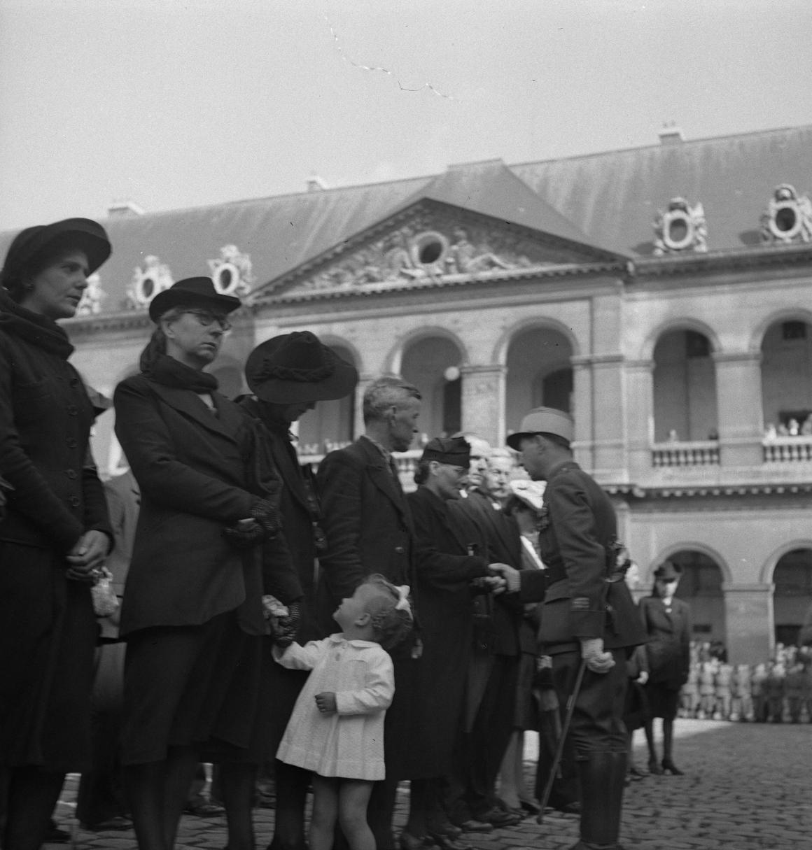 33. Капитан Дюпуи от имени маршала Петена вручает военные кресты семьям погибших легионеров