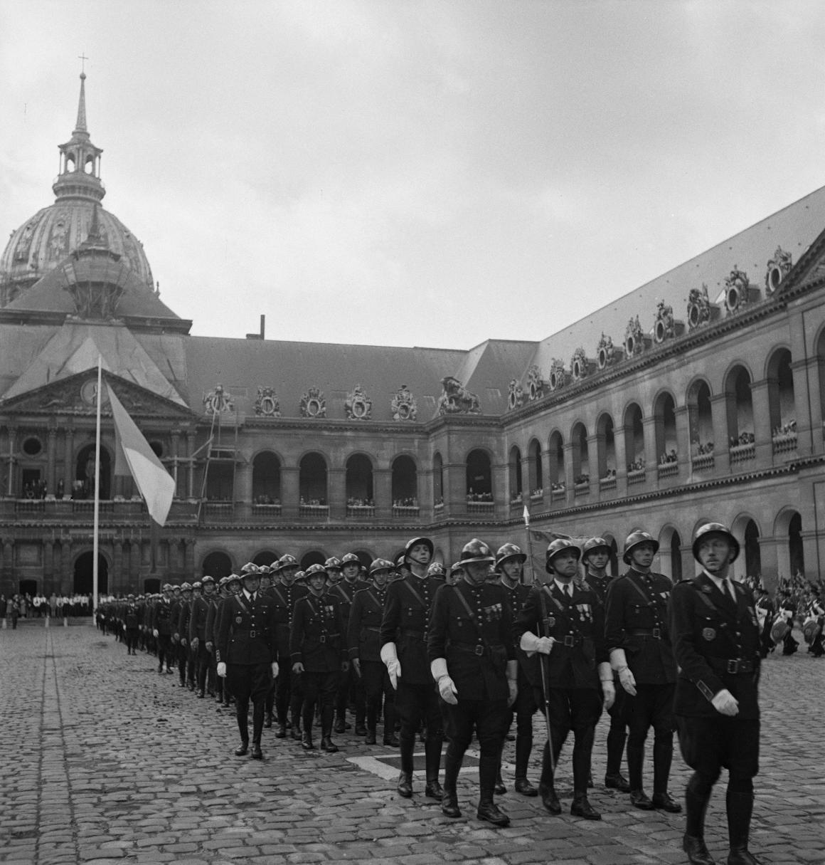 41. Затем под исполнение музыкантами из ВВС Полк Самбры-и-Мааса добровольцы проходят перед трибуной. Возглавляет легионеров капитан Демессин