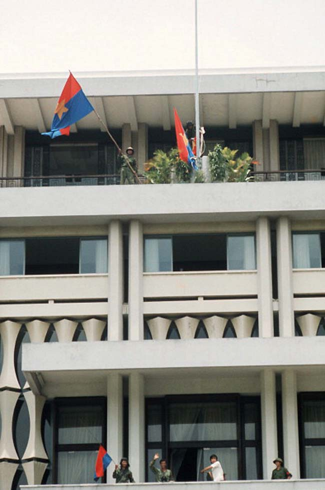 Флаг Вьетконга развевается над президентским дворцом