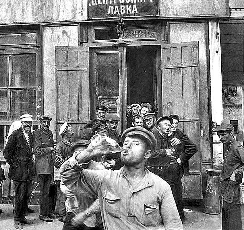 Распитие спиртных напитков у магазина на Невском проспекте, Ленинград, 1931 год. Брэнсон Деку, американский фотограф в СССР, в 1931 году(850)