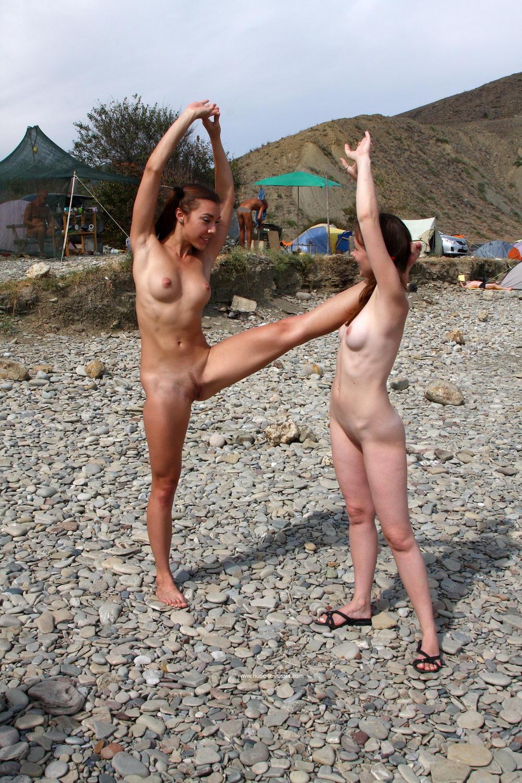 Голые Яна и Ася на пляже в Крыму