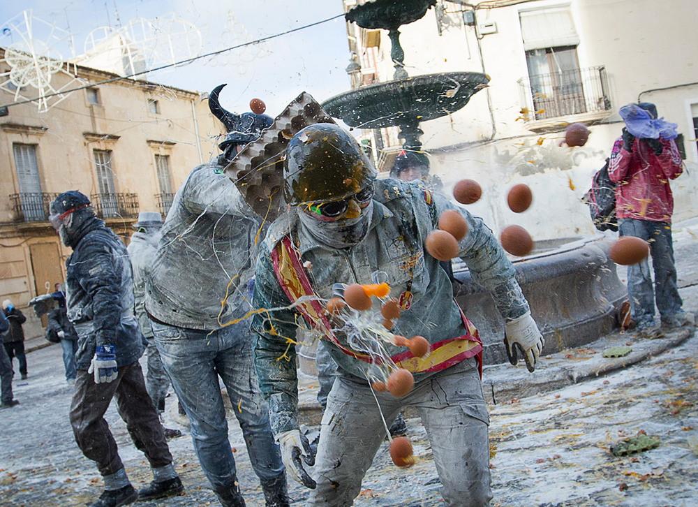 Традиционная битва яйцами и мукой в Испании