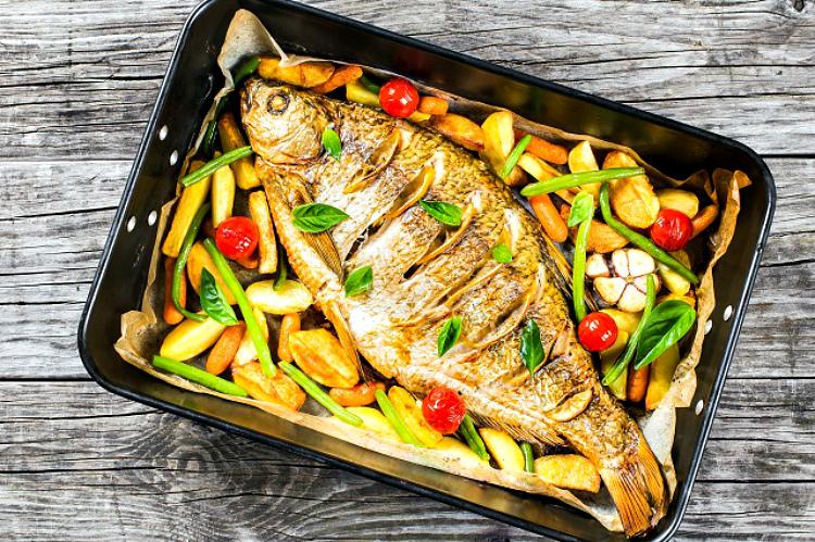 Дорада, запеченная с овощами