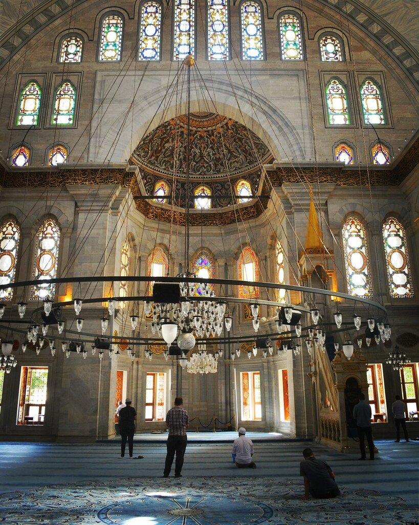 Мечеть Нуруосмание и колонна Константина в Стамбуле.