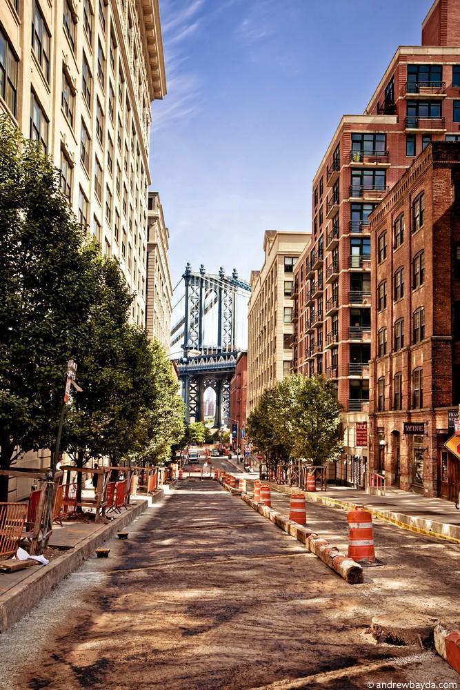 Спустившись с моста, ты оказываешься в Бруклине, ближе к пирсу. С 5 до 6 вечера здесь отличный свет