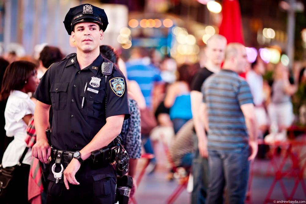 И это все при непонятном скоплении людей на Таймс-сквер в сопровождении парней из New York Police De