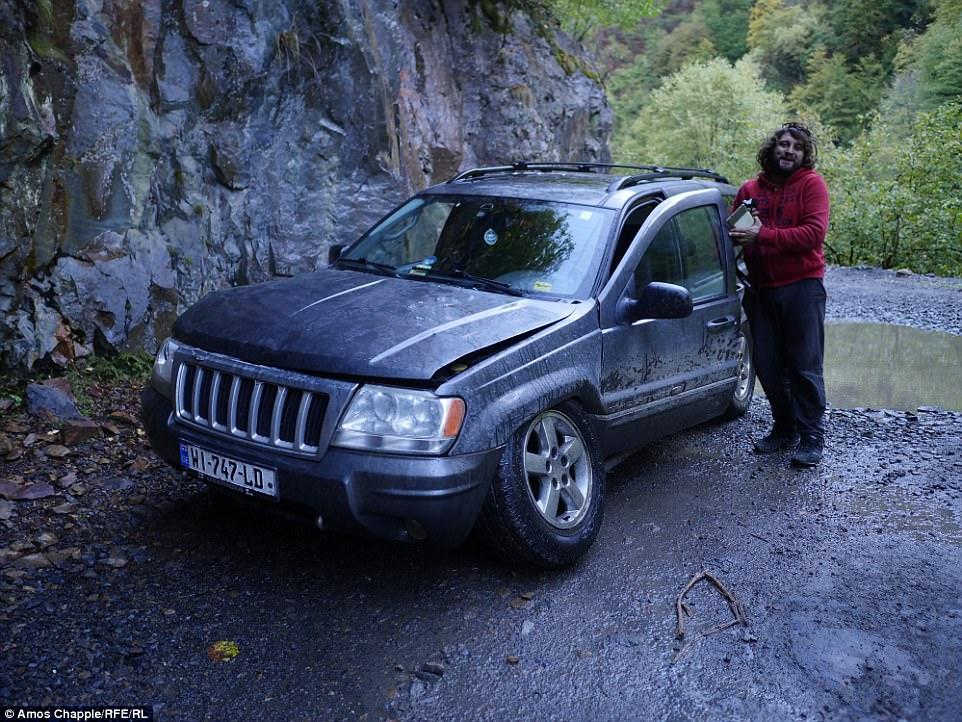 Чаппл ехал с грузинским водителем Георгием.   Чаппл шел с шестью пастухами, которые вели стадо