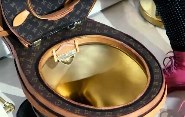 В США за 100 тысяч долларов продается золотой унитаз, обтянутый сумками Louis Vuitton (6 фото)