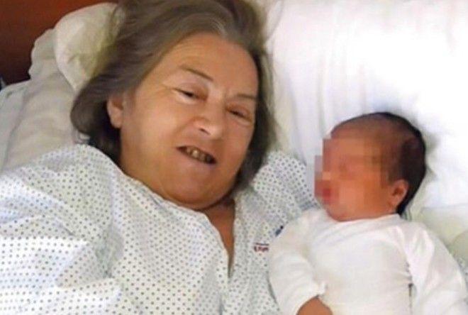 Эта женщина родила в 60 лет, когда муж увидел ребенка, он бросил жену (3 фото)