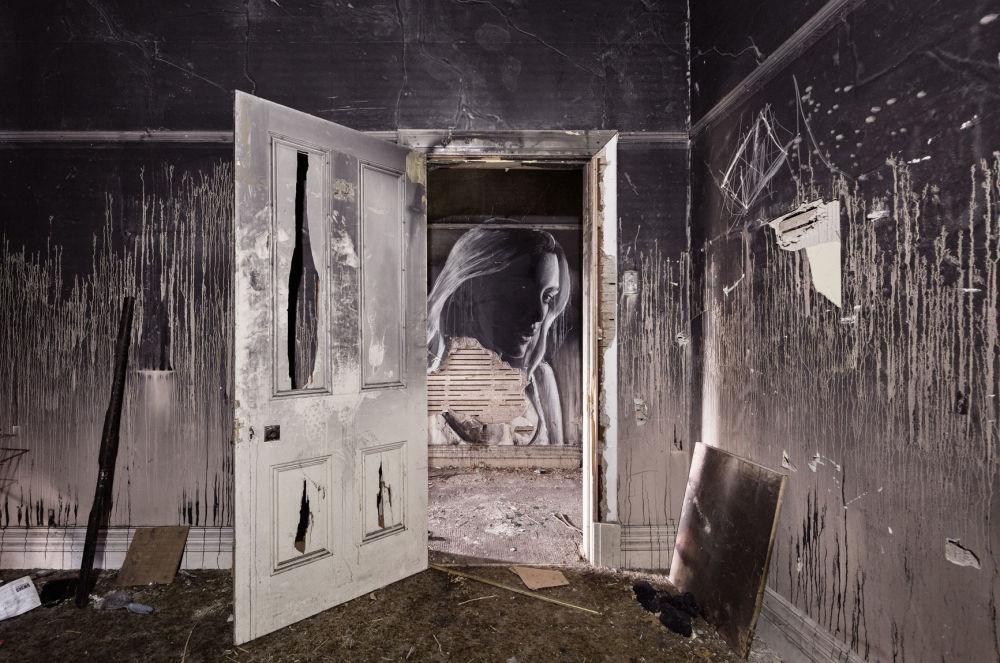 Некоторые из проектов включают заброшенные дома, которые он превращает в временные выставки