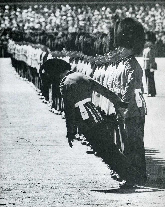 6. Гвардеец демонстрирует, что, даже если он упадет, британские солдаты не обратят на это никакого в