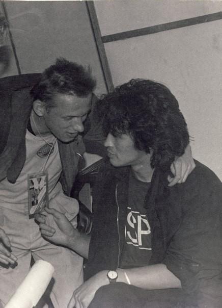 Олег Гаркуша («АукцЫон») и Виктор решают какие-то вопросы.
